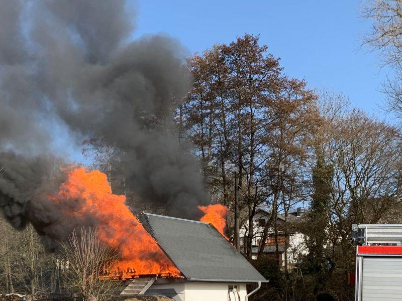 Dachstuhl eines ehemaligen Wasserhäuschens komplett ausgebrannt
