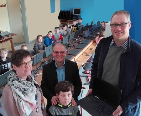 Jörg Pfeifer und Sandra Keiber (von links) von der Martin-Luther-Grundschule Betzdorf bedankten sich für die Notebook-Spende des Förderkreises bei Florian Heukäufer. (Foto: Förderkreis/Schule)
