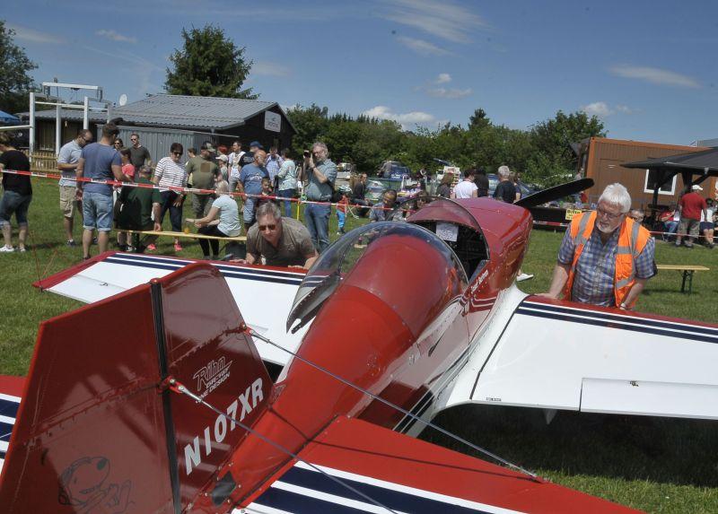 Kunstfl�ge und Fallschirmspringer auf Flugplatz Ailertchen