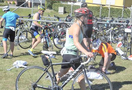 Nach dem schwimmen ging es für Theresa Pötz mit dem Rad auf die 23 Kilometer lange Strecke. (Foto: kdh)