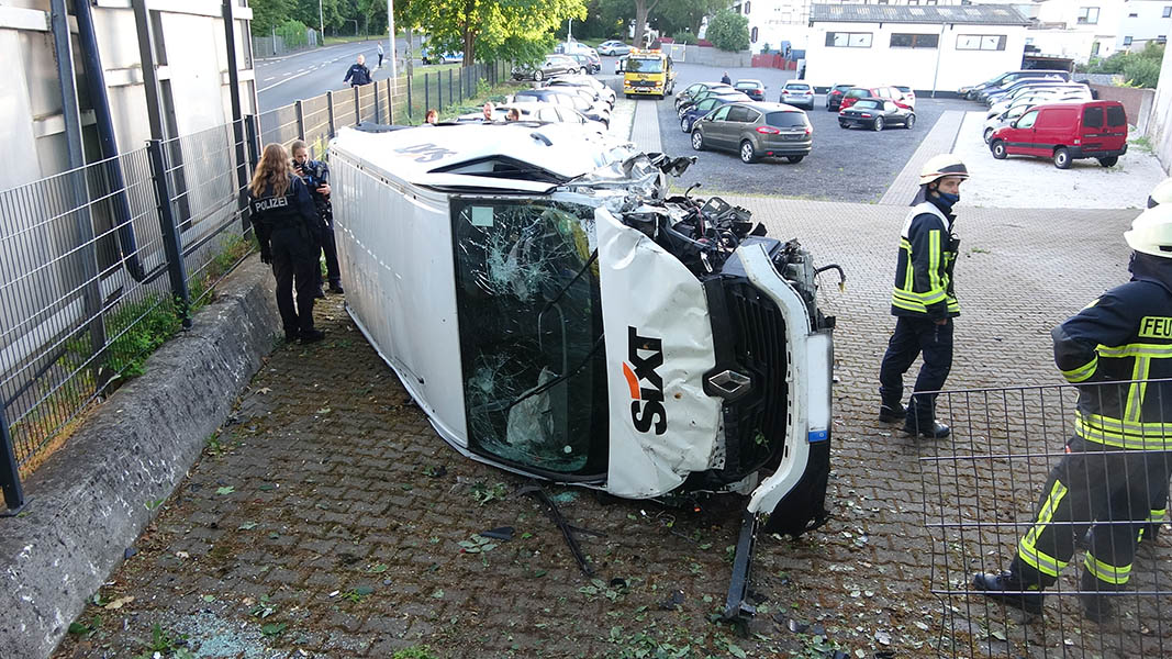 Transporter überschlägt sich – drei Verletzte