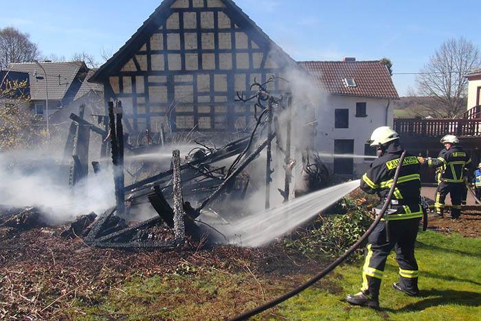 Gartenhütte brennt in Urbach ab