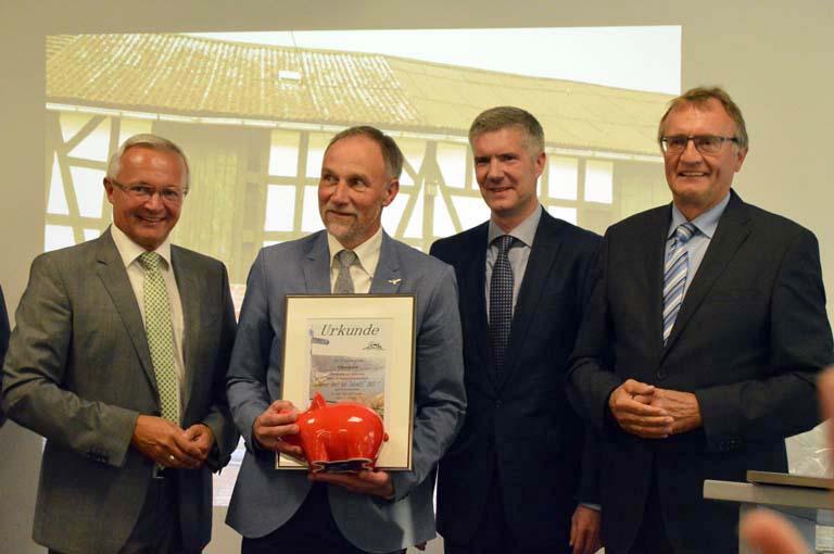 Strahlender Sieger, vertreten durch Ortsbürgermeister Dieter Klein-Ventur (2. v.l.). Fotos: kkö