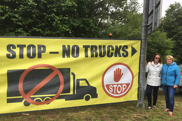 Plakat gegen den LKW-Irrsinn in Oberhonnefeld