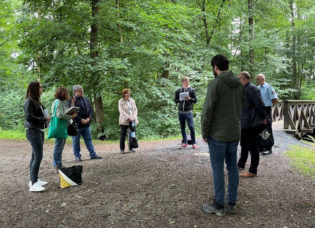 Beim Termin in Dierdorf informierte Umweltdezernent Michael Mahlert (3. von links) über die neu installierten Warnpegel. Foto: privat