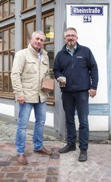 Auf der Grenze zwischen neu und alt: (von links) Stadtbürgermeister Rolf Jung und Bezirksstellenleiter Netz-EWH Thomas Tönges. Fotos: Stadtverwaltung Selters