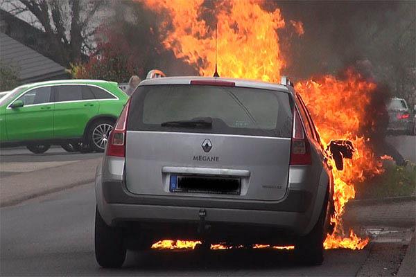 PKW gerät auf Feldweg in Brand