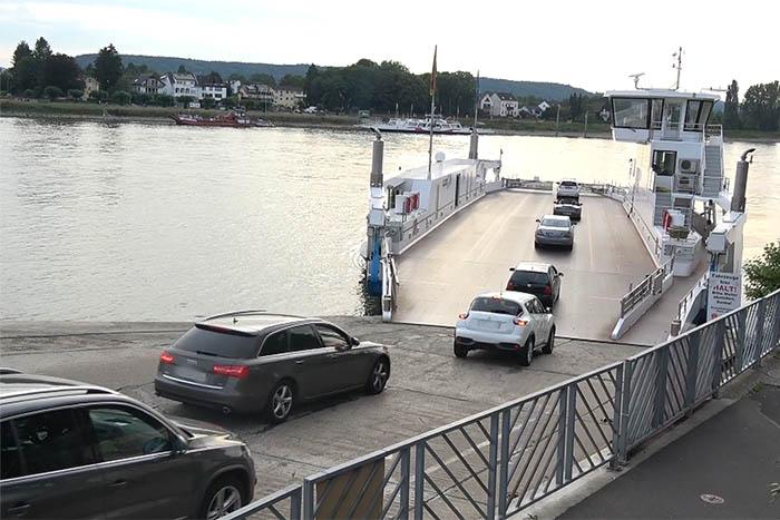 PKW versinkt im Rhein