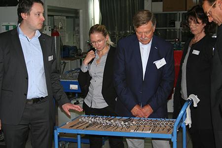 Beim Rundgang durch die Produktion: Ute Brisch (rechts). Foto: Tube-Tec