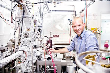 Prof. Dr. Carsten Busse ist seit Ende August neu im Department Physik der Universität Siegen. Er beschäftigt sich mit experimenteller Nanophysik. Fotos: Uni Siegen