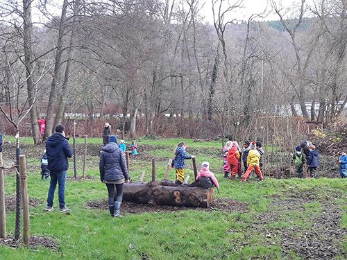 Projekte-Gruppe gestaltet mit Helfern naturnahe Freizeit- und Spielfläche