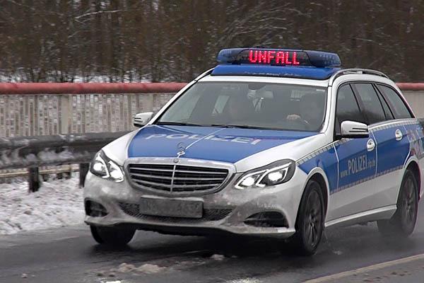 Nach Verkehrsunfall wird weißer flüchtiger PKW gesucht