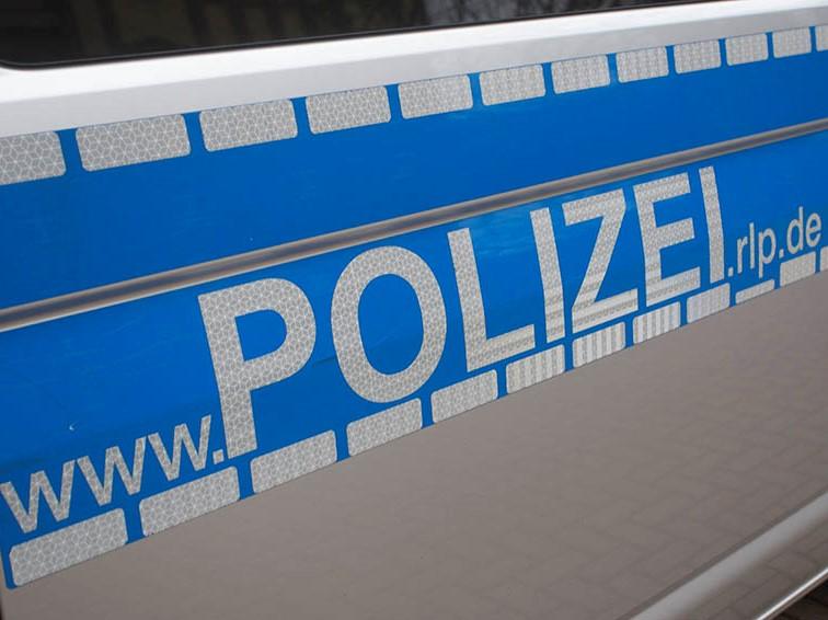 Höchstenbach: Pkw-Fahrer schiebt vorausfahrende Fahrzeuge aufeinander