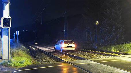 Falsch abgebogen- Auto landete im Gleisbett