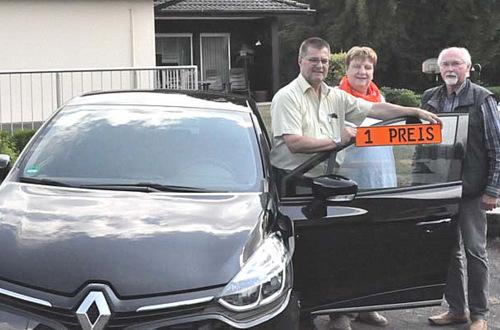 Ulrich Fischer und Jutta Fischer (von links) von den Freunden der Kinderkrebshilfe Gieleroth haben den Renault Clio an Wilfried Sapel aus Woldert übergeben. (Foto: kkö)