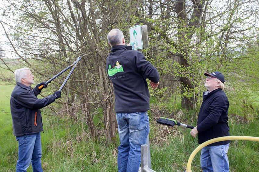 Freiwillige Helfer kontrollieren Radwege im Puderbacher Land