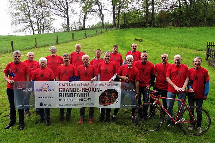 """Versammelten sich vor der traditionsreichen """"Kirmesrundfahrt"""" in Daubach zum Mannschaftsfoto: die deutschen Mitglieder der Equipe France mit den neuen Tour-T-Shirts zur am 1. Juni startenden Grande-Region-Rundfahrt. Foto: privat"""