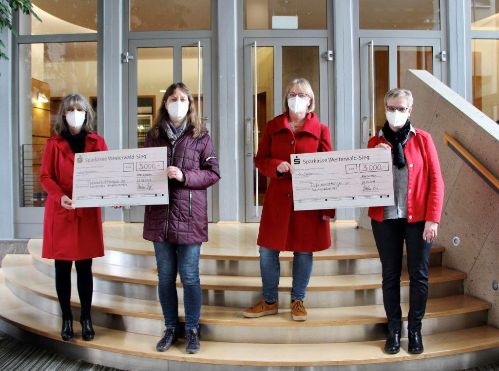 Spendenübergabe an die Tafel. V.l.n.r.: Bärbel Decku, Christa Abts, Petra Strunk, Beatrix Molzberger. Foto: Sparkasse Westerwald-Sieg