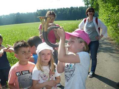 Zuk�nftige Schulkinder mit J�ger auf der Pirsch