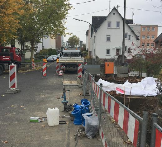 Die vorbereitenden Arbeiten im unteren Teil der Rheinstraße haben bereits begonnen. Ab 12. November wird dieser Abschnitt für rund vier Wochen für den Fahrzeugverkehr gesperrt. (Foto: Stadt/Verbandsgemeinde Montabaur)