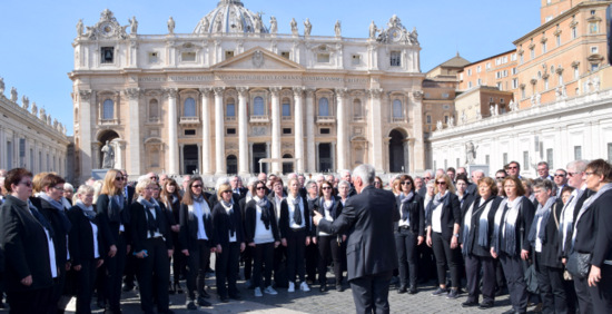 Nach der Papstaudienz auf dem Petersplatz: die Franziskus-Chöre singen. (Foto: MaSchau)