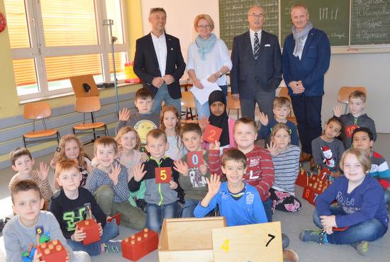 "Rotary-Club übergibt ""Mathe-Kiste"" an Pestalozzi-Schule"