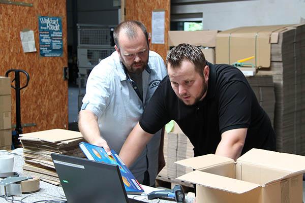 Registrierung eines Atlas. Stefan Eckelt weist mit seinem Team in den Sommerferien rund 70.000 Bücher neuen Besitzern zu. Foto: Pressestelle der Kreisverwaltung
