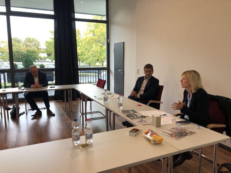 Kritik an Bildungspolitik durch Jenny Groß und Schulleiter