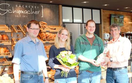 Glückwünsche zur Eröffnung des neuen Standortes in Bruchertseifen: (von links) Ortsbürgermeister Jab Burbach, Nadine und Björn Schumacher und Bürgermeister Dietmar Henrich. (Foto: Annalena Knipp)