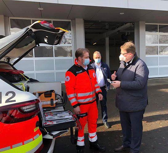 Übergabe von Fahrzeugen und Reanimationshilfen. Fotos: privat