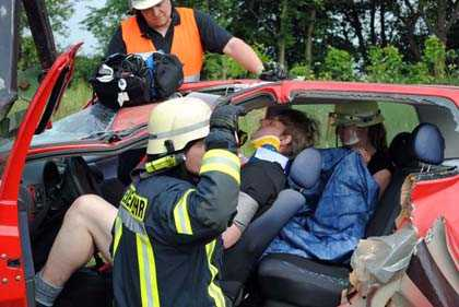 Zugang zu den Verletzten mit den technischen Hilfsmitteln schaffen. Fotos: kkö