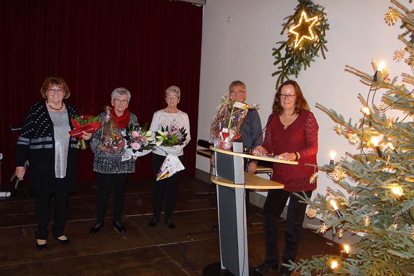 Rita Lehnert (rechts) konnten vielen ehrenamtlichen Helfern danken. Fotos: privat