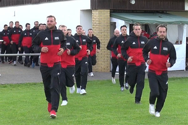 Auflaufen der Trainer und Spieler der neuen SG, um sich den Zuschauern vorzustellen. Fotos: Wolfgang Tischler