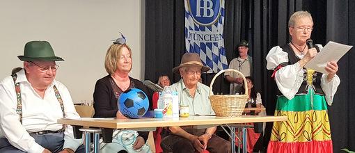 """Mitglieder des Vorbereitungskreises präsentierten den Sketch: """"Die Reportage"""". (Foto: Seniorenakademie)"""