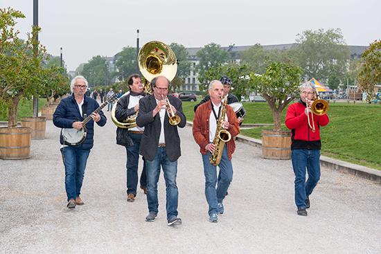 Schr�glage Jazzband spielte die Saisoner�ffnung der Koblenzer Gartenkultur