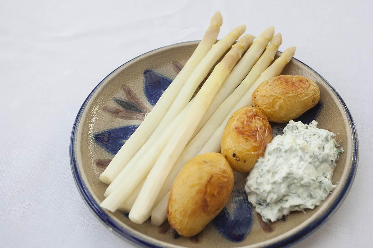 Westerwälder Rezepte: Spargel mit Ofenkartoffeln und Kräuterquark