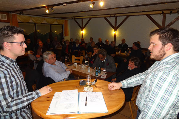 """Die Nachwuchspolitiker Sebastian Stendebach (links) und David Olberts äußerten sich beim """"Roten Talk im Grünen Baum"""" skeptisch zum Engagement der Jugend in der Politik. Foto: SPD"""