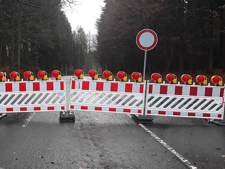 Vollsperrung in der Hauptstraße in Langenbach bei Kirburg