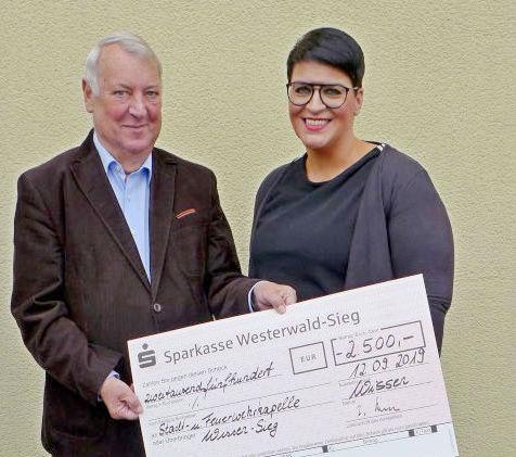 Ulrich Schmalz übergab den symbolischen Spendenscheck an Alexandra Reifenrath, Vorsitzende der Stadt- und Feuerwehrkapelle Wissen. (Foto: privat)