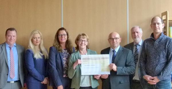 Mit 5.000 Euro unterstützt die Manfred-Roth-Stiftung des Nürnberger Lebensmitteldiscounters Norma die Westerwaldschule in Gebhardshain. (Foto: privat)