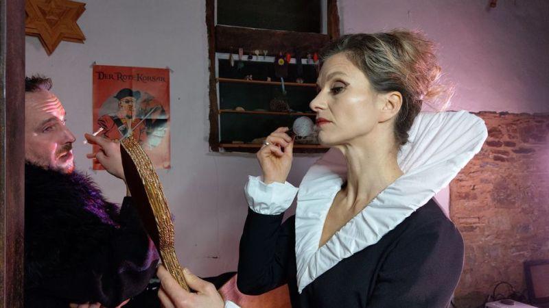 Popowa (Karin Punitzer) und Smirnoff Christoph Bautz) sind sich nicht ganz grün. Fotos: SpielBtrieb GbR