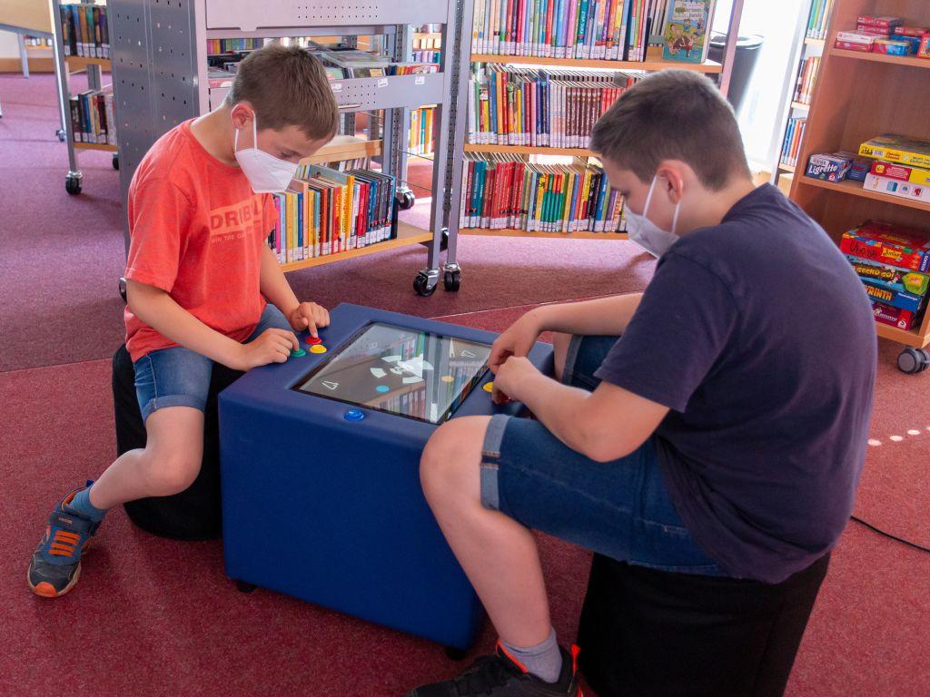 """Spieltisch """"Kuti"""" in der Stadtbücherei Selters"""