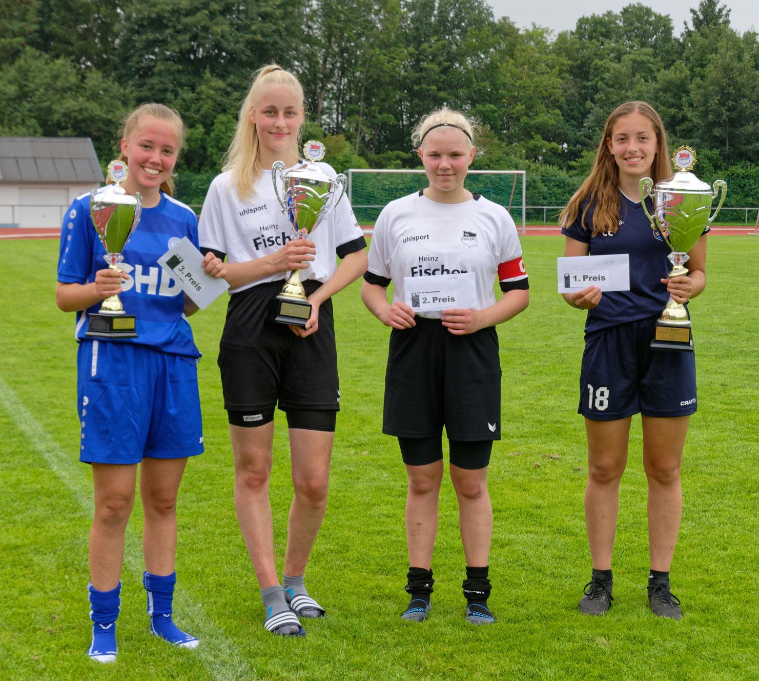 Siegerehrung(v.l.): Spielführerin Leni Hepfer (SG 99 Andernach, Platz 3), Marie Marenbach und Spielführerin Denise Krämer (SV Gehlert,Platz 2), Spielführerin Lea Ehlenz (TuS Issel, Platz 1)(Fotos: Martin Fandler / Quelle: SV Gehlert)