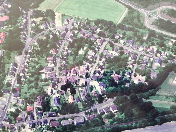 """Der Lohmühlenweg (links), die Umgehungsstraße (oben) und die Kumpstraße (rechts und unten) bilden die """"Grenzen"""" des alten Altenkirchener Baugebietes """"Auf dem Steinchen"""". (Foto: Verbandsgemeindeverwaltung Altenkirchen)"""