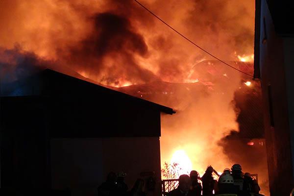 Großbrand in Straßenhaus - vier Verletzte