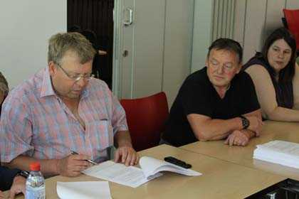 Die Unterzeichnung der Vereinbarung fand bei Baumgarten in Daaden statt. Fotos: IG Metall