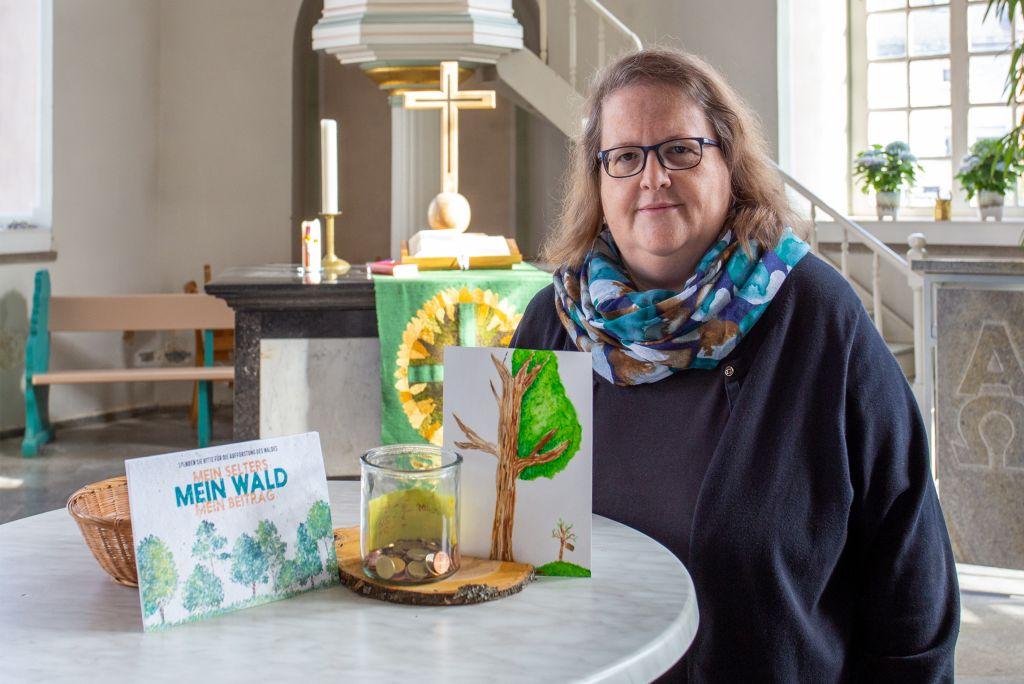 Pfarrerin Swenja Müller sammelt in der Kirche für die Wiederbewaldung. Foto: Stadt Selters