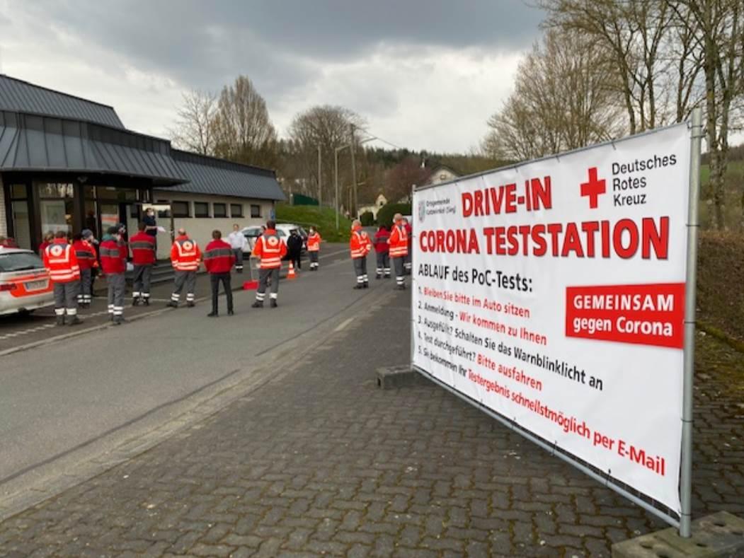 Das Test-Drive-In in Katzwinkel wird seit Montag, den 19. April, an der Glück-Auf-Halle betrieben. (Foto: DRK)