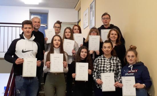 Elf Jugendliche erhielten in Altenkirchen ihre Telc-Zertifikate. (Foto: Kreisverwaltung Altenkirchen)