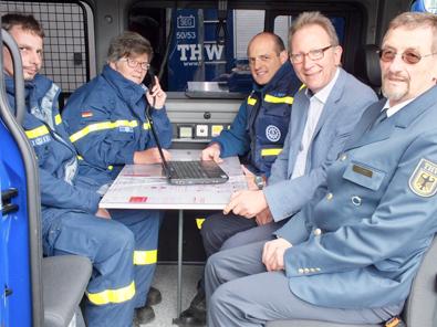 THW-Ortsbeauftragter Ulrich Weber (rechts) und sein Team freut sich über den neuen Einsatzleitwagen, den Erwin Rüddel anschaute. Foto: Reinhard Vanderfuhr/Büro Rüddel